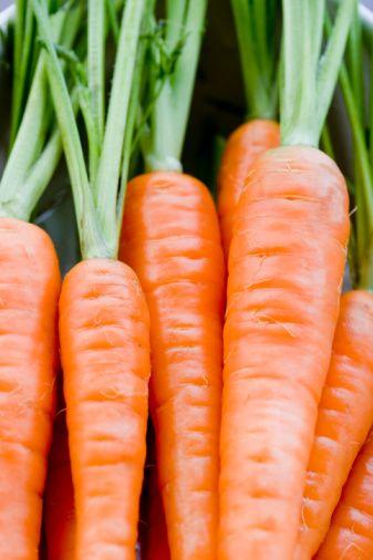 Havuç - Olağanüstü bir cilt koruyucusu!  Havuç; vücudunuzda cildi pürüzsüzleştirici A vitaminine dönüşen bir betakaroten deposudur. Betakaroten cildin kurumasını ve erken yaşlanmasını önler. Betakaroten vücudunuzun serbest radikaller karşısındaki en etkili savunma gücüdür! Betakaroten kayısı ve tatlı patates gibi diğer turuncu renkli meyve ve sebzelerde de bulunmaktadır. Tuscon'daki Arizona Sağlık Araştırmaları Merkezi'nde görev yapan Dr. Ronald R. Watson'a göre 'Betakaroten cilde nüfus ettiğinde 24 saatlik güneş koruması sağlıyor.' Havuç aynı zamanda cilde verilen UV hasarını azaltmaya yarayan diğer karotenoidlerle de doludur ve aynı zamanda günlük A vitamini ihtiyacınızın iki katını karşılar.